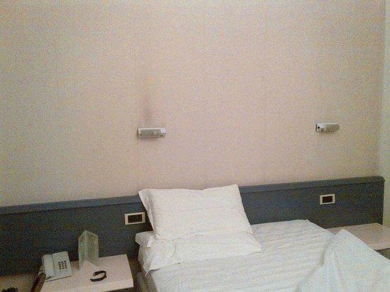 City Hotel Varese: lampada sul letto muro annerito