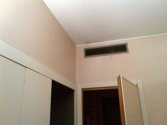 City Hotel Varese: bocchetta dell'aria condizionata con muro annerito