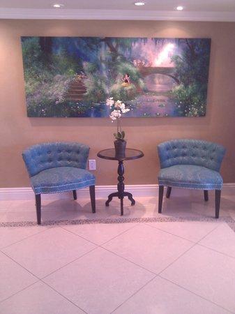 كواليتي إن آند سويتس أنهايم ريزورت: Look at their new lobby decor.