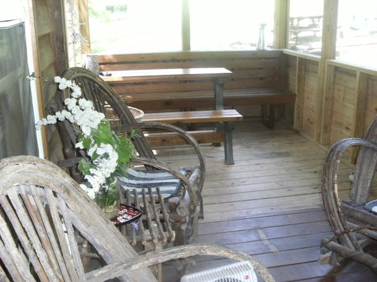 Rim Rock's Dogwood Cabins: Porch