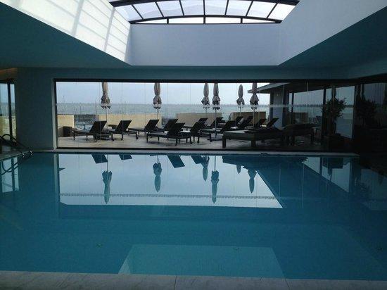 Pestana Cidadela Cascais: Der Pool befindet sich direkt hinter dem Speisesaal