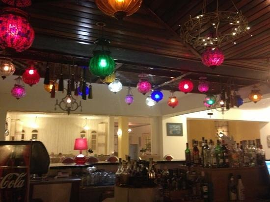 Golden Beach Hotel: Lights above the bar