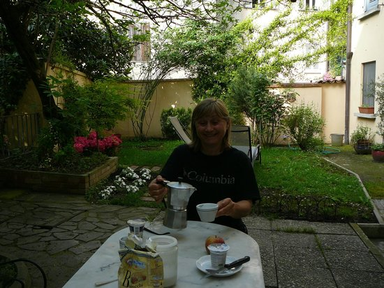 Rubra Bed & Breakfast & Apartments : petit déjeuner dans le jardin