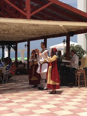 Golden Beach Hotel: Traditional dancing on Easter Sunday