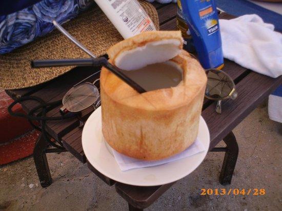 Tanjung Rhu Resort : Jus de noix de coco servi sur la plage