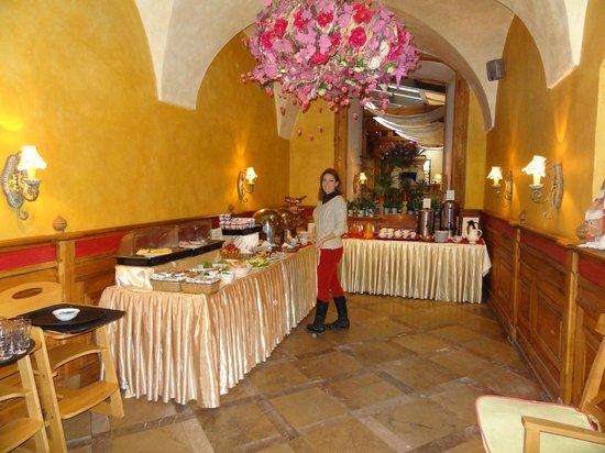 Rezydent Hotel: buffet desayuno en restaurante junto al hotel