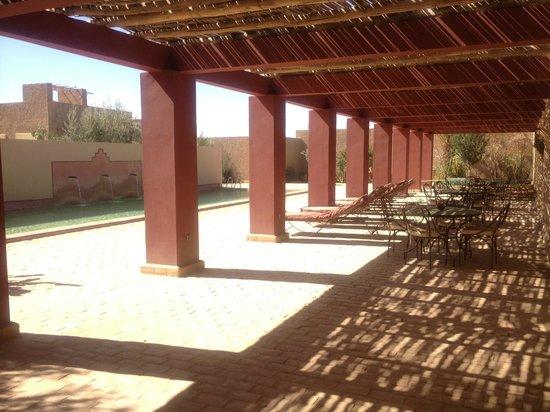 Dar El Janoub: A la sombra escuchando el sonido de la fuente y un libro!