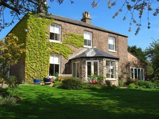 Marton Grange Country House: Marton Grange house and front garden.