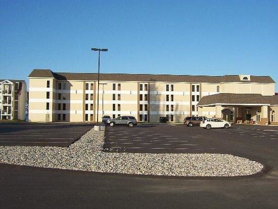 Mackinaw Beach and Bay - Inn & Suites: Front View Of The Hotel