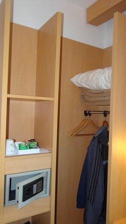 ibis Istanbul Zeytinburnu Hotel: Closet
