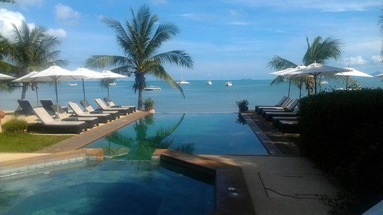 Saboey Resort and Villas: View of infinity pool and beach