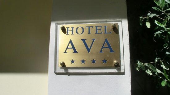 AVA Hotel Athens: Plate of the entrance
