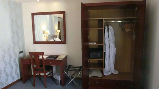 AVA Hotel Athens: REGULAR SUITES Closet (+wardrobe) and desk