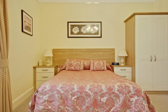 Lauriston Court Hotel: Room 2 spacious Rear facing room with a settee and a bath ensuite