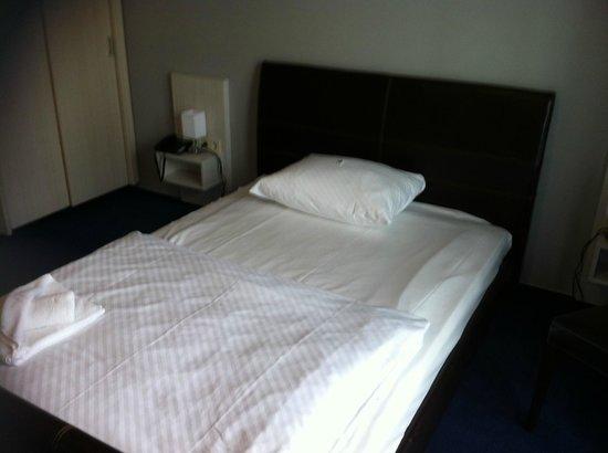 Hotel Ambassador-Berlin Grunau: Bett