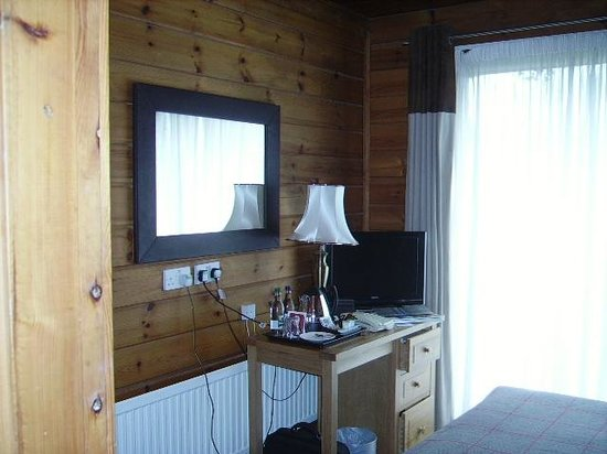 Chevin Country Park Hotel & Spa: Desk with no space to put anything else