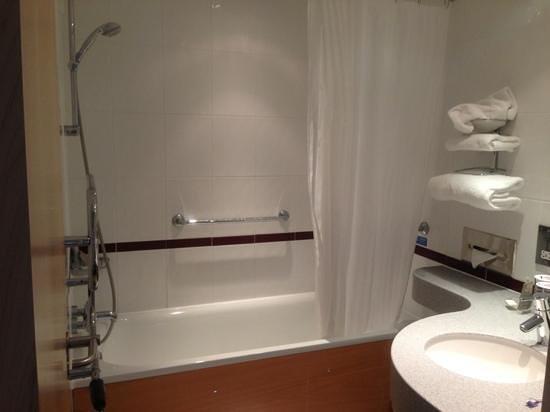 Future Inn Plymouth: immaculately clean bathroom