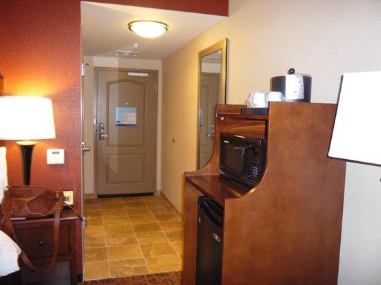 Hampton Inn Waynesburg: Micro, fridge and entry