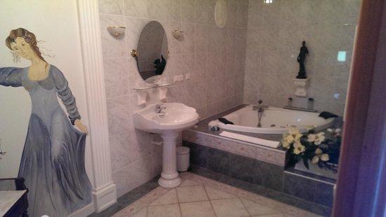Manoir de la Hazaie : Salle de bain avec baignoire balnéo 2 pers