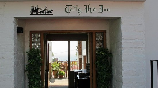 Tally Ho Inn: Shot of entrance all the way through to the bay to the west