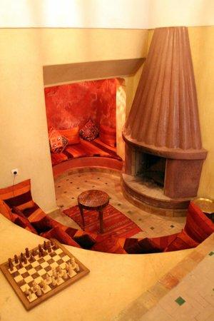 Riad Shalimar: la cheminée de la salle commune