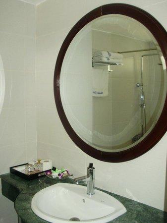 Hanoi Charming 2 Hotel: Room#603 bath room with big mirror