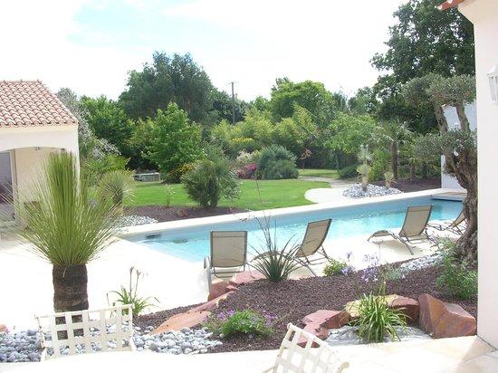 Les Mandalas Chambres d'Hotes : vue sur piscine et parc