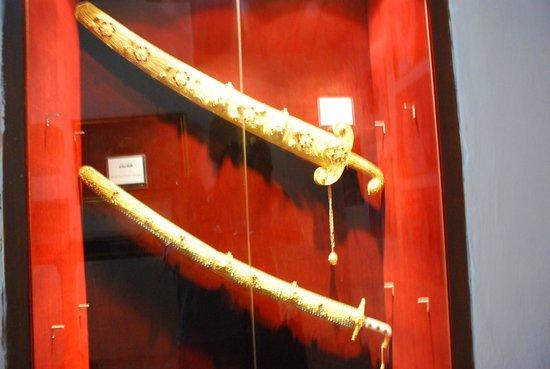 Umm Al Quwain Fort : Gold swords