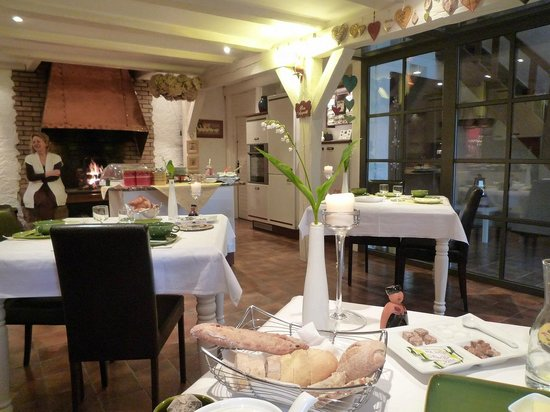 La Haute Grange : 朝食。テーブルクロスや食器が毎日変わります。