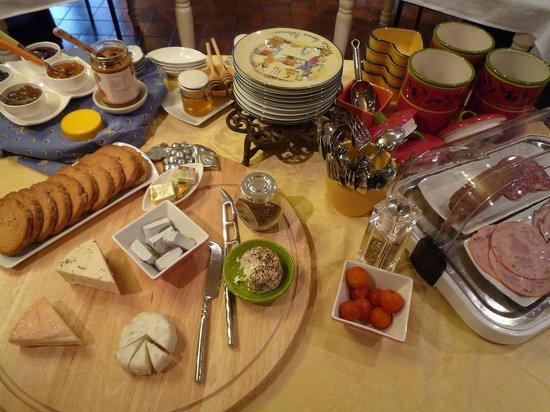La Haute Grange : 朝食。チーズやハムなど。