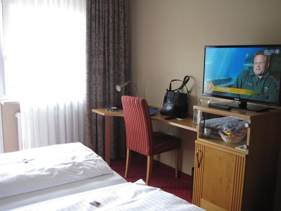 Bavaria Boutique Hotel: Room with many TV channel options