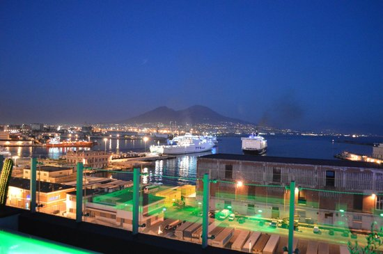 Romeo Hotel: stunning view over Naples bay from rooftop swimming pool