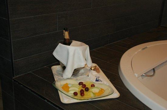 Hotel SB Ciutat de Tarragona: Cava y frutas