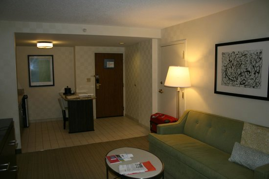 Hampton Inn & Suites Chicago - Downtown: Salon de la suite - Vue sur l'espace cuisine