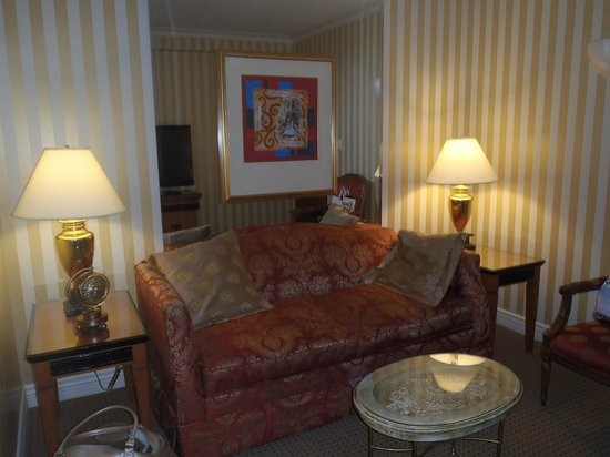 Executive Hotel Le Soleil: Living room of Queen Suite