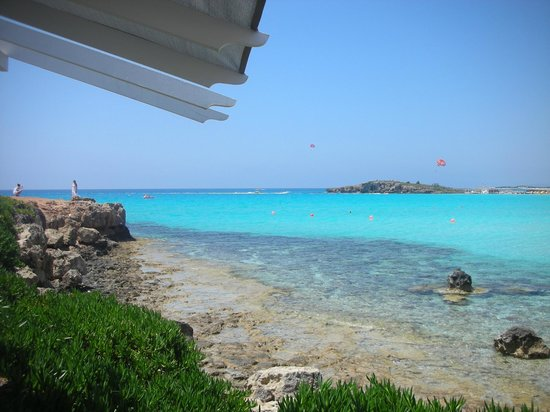 Nissi Beach Resort: кафе на пляже (вид из него)