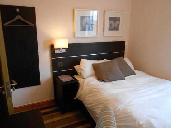 Baytree Hotel: chambre, avec accès que d'un coté du lit.