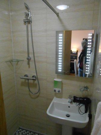 Baytree Hotel: salle d'eau, douche à l'italienne et toilette, mais toujours pas de rangement