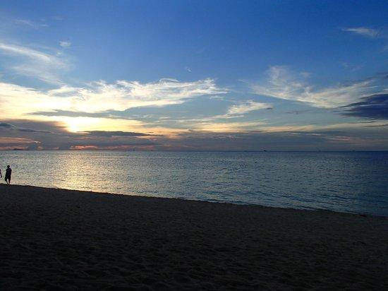 Sandy Bay Bungalows: beach