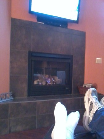 Eureka Springs Treehouses: Relaxing in front of the fire watching NASCAR
