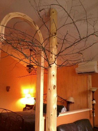 Eureka Springs Treehouses: Tree in Room with white mini lights