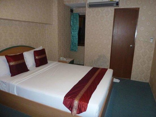 Queen bed, Nasa Vegas Hotel, Bangkok