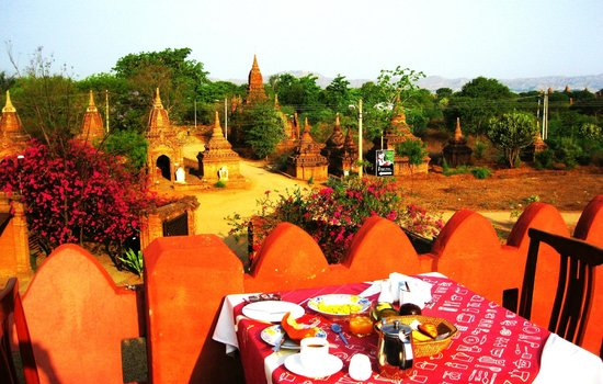 Thurizza Hotel Bagan: breakfast table