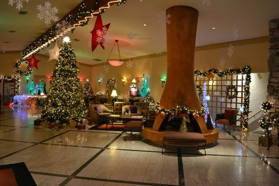San Clemente Inn: This is the lobby at Christmas - really festive!
