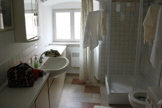 Pavisa Apartments: The bathroom