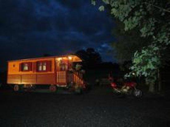 Hotel Gites Chambre d'Hotes Roulottes St Pol sur Ternoise : Exterieur roulotte