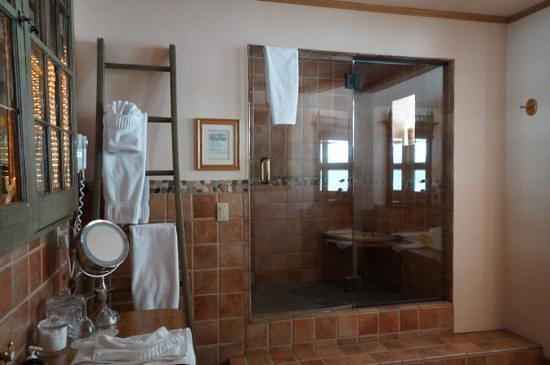 Romantic Riversong Bed and Breakfast Inn: the bathroom
