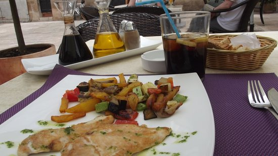 L`arca d`en Peter: Grilled chicken and vegetables - scumptious