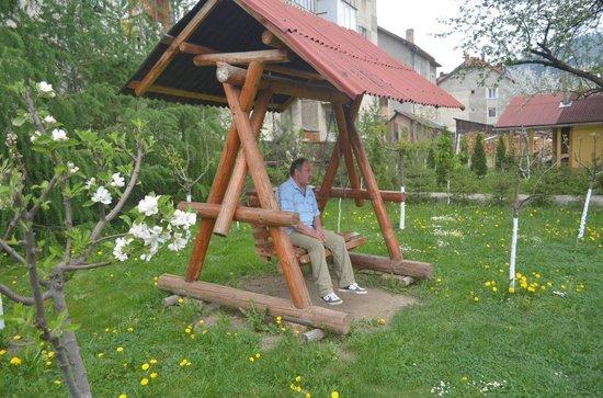 Dor de Bucovina: swing in the garden