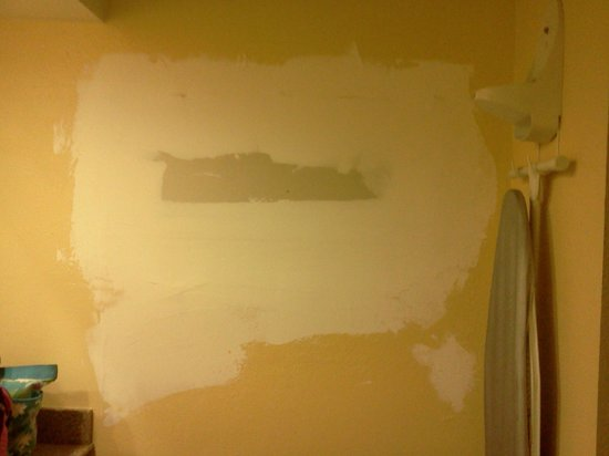 Antioch Quarters Inn & Suites: Bathroom wall, note missing iron